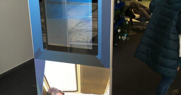 Terminal infochiosc cu 3 monitoare cu touch.